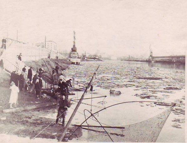 Жители Шелепихи наблюдают за ледоходом на Москва-реке